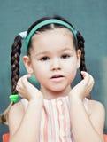 Nettes kleines аsian-Mädchen mit Zöpfen stockbilder