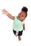 Nettes kleines Afroamerikanermädchen, das oben schaut Lizenzfreies Stockfoto
