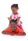 Nettes kleines Afroamerikanermädchen - schwarze Kinder Lizenzfreie Stockfotos