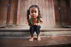 Nettes kleines asiatisches Mädchen, das Kamera betrachtet Stockfoto