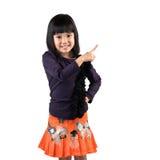Nettes kleines asiatisches Mädchen mit dem Zeigefinger oben Stockbild