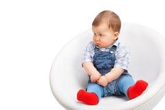 Nettes kleines Baby auf einem Weiß Stockfoto