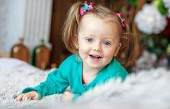 Nettes kleines Baby, das im Raum spielt 2-3 Jahre Das Konzept Lizenzfreies Stockfoto