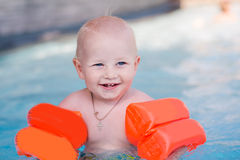 Nettes kleines Baby im Swimmingpool Stockbild