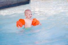 Nettes kleines Baby im Swimmingpool Lizenzfreies Stockfoto