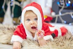 Nettes kleines Baby in Santa Claus-Kleidung Stockfotos