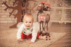 Nettes kleines Baby unter Weihnachtsdekorationen stockfotografie