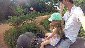 Nettes kleines blondes Mädchen, das Elefantsafari mit ihrem Vater in Sri Lanka genießt stock video footage