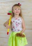 Nettes kleines blondes Mädchenreinigungshaus Lizenzfreie Stockbilder