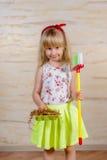Nettes kleines blondes Mädchenreinigungshaus Lizenzfreies Stockfoto