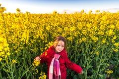 Nettes kleines gpreschooler Mädchen auf dem gelben Bittercressgebiet Stockbild