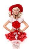 Nettes kleines kaukasisches Mädchen, das roten Rock, T-Shirt mit Blumen und den Cowboyhut lokalisiert auf weißem Hintergrund träg Lizenzfreies Stockbild