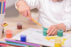 Nettes kleines Kind malt das Bild Lizenzfreies Stockfoto