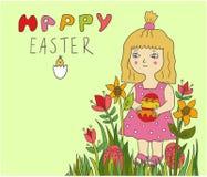 Nettes kleines Kindermädchen, das gemaltes Ei in den Blumen hält stockbilder