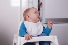Nettes kleines Kleinkind mit Löffel Stockfotos