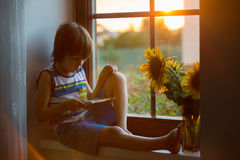 Nettes kleines Kleinkindkind, spielend mit Abakus auf einem Fenster Lizenzfreies Stockfoto