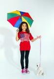 Nettes kleines lächelndes afroes-amerikanisch Mädchen mit Regenschirm und Spielzeug Stockbild