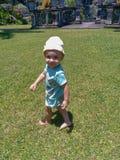 Nettes kleines lächelndes Baby und im Park spielen stockfotos