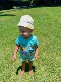 Nettes kleines lächelndes Baby und im Park spielen lizenzfreie stockfotos