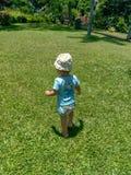 Nettes kleines lächelndes Baby und im Park spielen lizenzfreie stockbilder