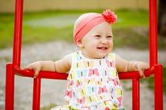 Nettes kleines Mädchen auf dem Schwingen Stockbilder