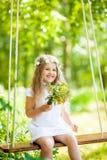 Nettes kleines Mädchen auf dem Schwingen stockfotos