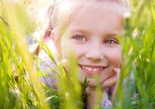 Nettes kleines Mädchen auf der Wiese Stockbilder