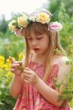 Nettes kleines Mädchen auf der Wiese lizenzfreie stockfotografie