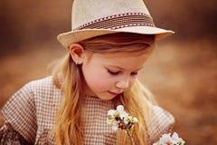 Nettes kleines Mädchen auf der Wiese am Sommertag stockbild