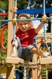 Nettes kleines Mädchen auf einem Spielplatz Stockbilder