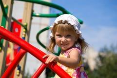Nettes kleines Mädchen auf Spielplatz Stockfotos