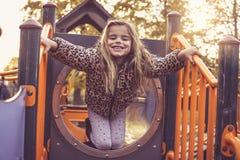 Nettes kleines Mädchen auf Spielplatz Lizenzfreies Stockfoto