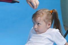 Nettes kleines Mädchen bereitet sich für photosession vor Lizenzfreies Stockbild