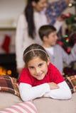 Nettes kleines Mädchen, das auf der Couch sich lehnt Lizenzfreies Stockfoto