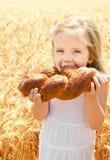 Nettes kleines Mädchen, das Brot isst Lizenzfreie Stockbilder