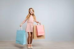Nettes kleines Mädchen, das den Einkauf genießt Stockbilder
