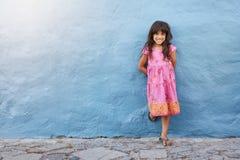 Nettes kleines Mädchen, das an der Kamera lächelt stockbild