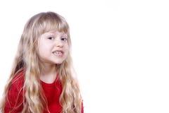 Nettes kleines Mädchen, das dumm fungiert Stockfoto