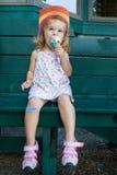 Nettes kleines Mädchen, das eine Eiscreme isst Lizenzfreies Stockfoto