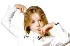 Nettes kleines Mädchen, das für die Werbung, signes durch Hände machend aufwirft Lizenzfreies Stockfoto