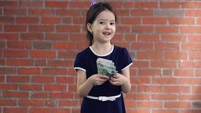 Nettes kleines Mädchen, das Geld zählt stock video footage