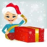 Nettes kleines Mädchen, das Geschenk einwickelt Lizenzfreie Stockfotos