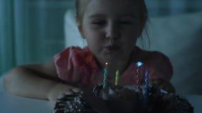 Nettes kleines Mädchen, das heraus Kerzen auf Geburtstagskuchen durchbrennt stock video