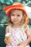 Nettes kleines Mädchen, das ihre Eiscreme isst Stockbild