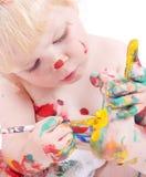 Nettes kleines Mädchen, das ihre Füße malt Lizenzfreies Stockbild