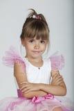 Nettes kleines Mädchen, das in ihrem Ballettröckchen aufwirft stockfoto