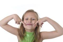 Nettes kleines Mädchen, das ihren Mund in den Körperteilen lernen Schuldiagramm serie zeigt Stockfotografie