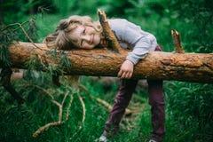 Nettes kleines Mädchen, das im grünen Park spielt Lizenzfreie Stockfotos