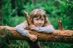 Nettes kleines Mädchen, das im grünen Park spielt Stockfoto