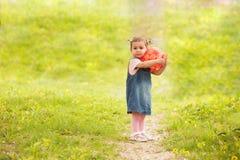 Nettes kleines Mädchen, das im Park spielt stockfoto